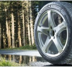 Sécurité et freinage sur sol mouillé : Plus de gomme sur la route